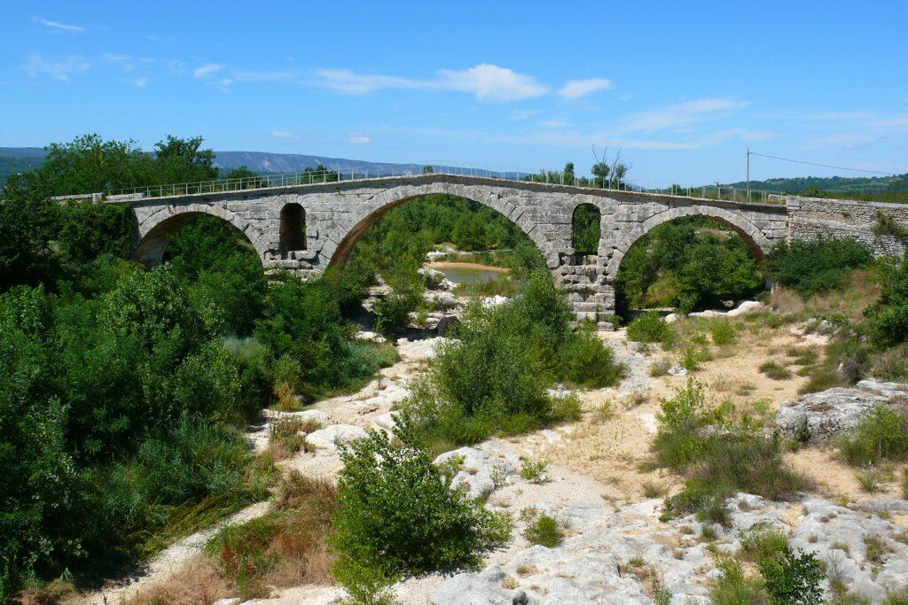 Balades dans le Luberon : Top 5 des balades à faire en famille - Le pont Julien